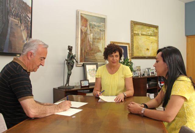 El Ayuntamiento y el Grupo de Coros y Danzas Virgen del Rosario firman un convenio para fomentar el folklore en Puerto Lumbreras - 1, Foto 1
