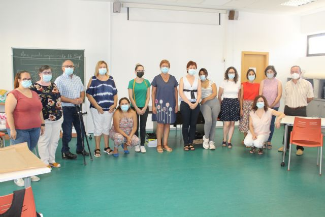 Doce alumnas están tomando parte en la acción formativa Arreglos y adaptaciones en prendas de textil y piel - 1, Foto 1