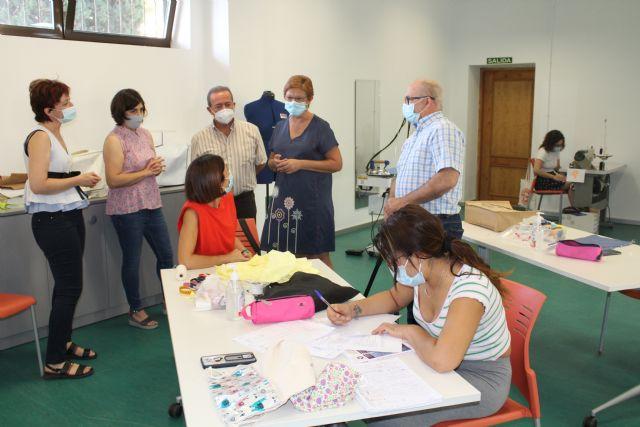 Doce alumnas están tomando parte en la acción formativa Arreglos y adaptaciones en prendas de textil y piel - 2, Foto 2