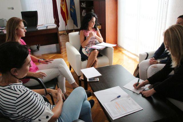 El Ayuntamiento traslada a la nueva directora del IMAS las principales necesidades de Alhama, Foto 2