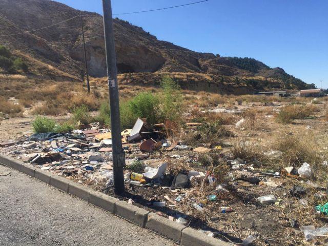 El PSOE denuncia el estado de aislamiento y dejadez al que el equipo de Ballesta somete a los inquilinos de viviendas municipales en Los Ramos - 2, Foto 2