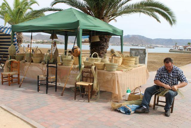 La artesanía de la región se muestra este sábado en el tradicional mercado de Puerto de Mazarrón, Foto 1