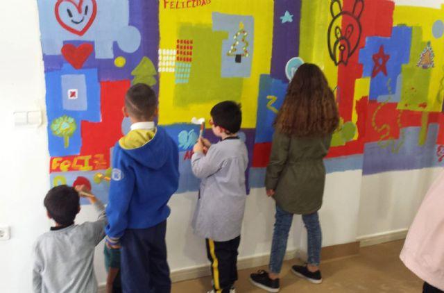Gran jornada artística en familia para pintar el centro social del barrio del Carmen con un gran mural - 1, Foto 1