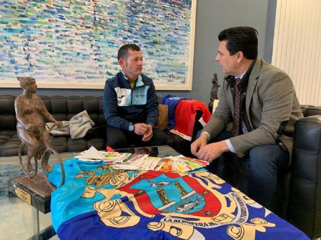 El alcalde recibe al atleta Celestino Zapata, veterano del club deportivo de Aidemar con el que ha competido en los últimos años - 1, Foto 1