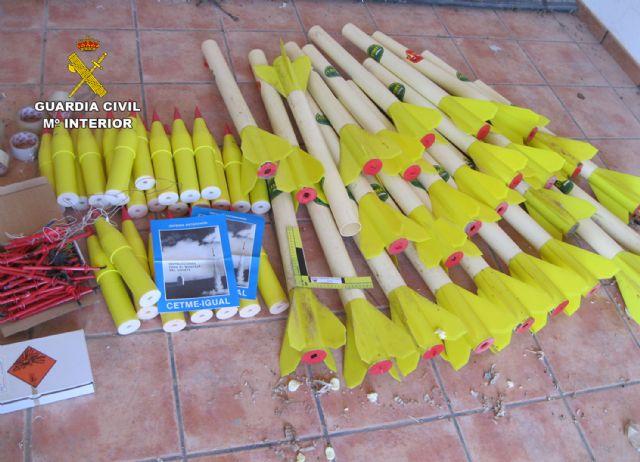 La Guardia Civil desactiva 26 cohetes granífugos hallados en un almacén