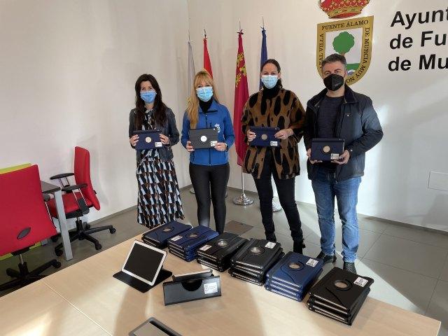 El Ayuntamiento de Fuente Álamo entrega 30 tablets al Colegio de Educación infantil y Primaria José Antonio - 1, Foto 1
