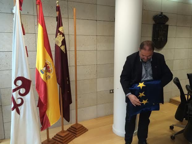 Retiran la bandera de la Unión Europea del salón de plenos como gesto simbólico de protesta por el trato que está dando a los refugiados - 2, Foto 2