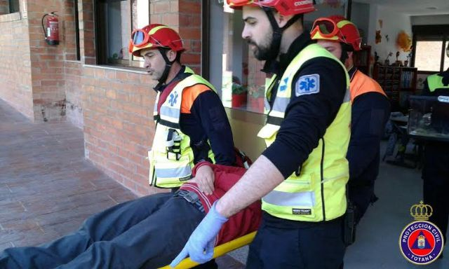 "Students from the school ""Reina Sofia"" participate in a mock evacuation of the building in case of earthquake, Foto 1"