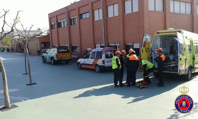 """Students from the school """"Reina Sofia"""" participate in a mock evacuation of the building in case of earthquake - 2"""