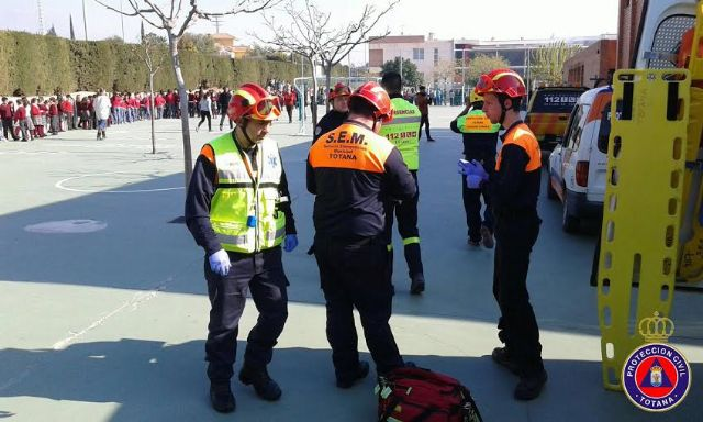 """Students from the school """"Reina Sofia"""" participate in a mock evacuation of the building in case of earthquake - 3"""