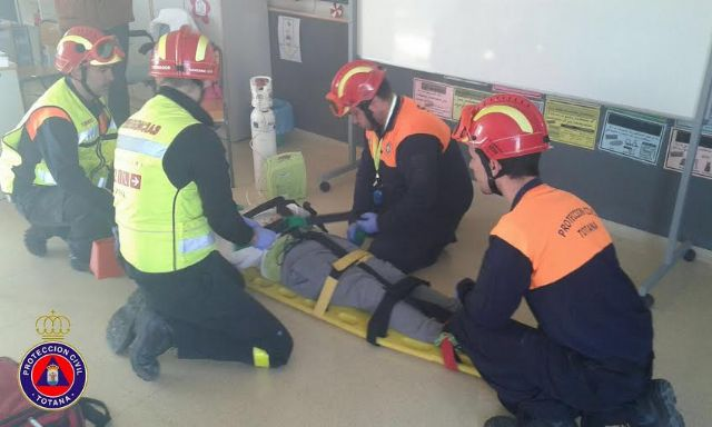 "Students from the school ""Reina Sofia"" participate in a mock evacuation of the building in case of earthquake, Foto 4"