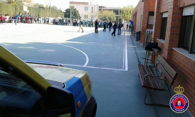 """Students from the school """"Reina Sofia"""" participate in a mock evacuation of the building in case of earthquake - 5"""