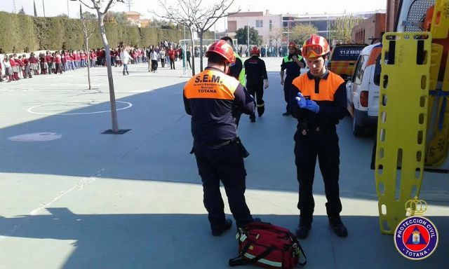 """Students from the school """"Reina Sofia"""" participate in a mock evacuation of the building in case of earthquake - 6"""