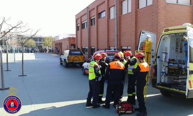 "Students from the school ""Reina Sofia"" participate in a mock evacuation of the building in case of earthquake, Foto 8"