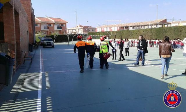 """Students from the school """"Reina Sofia"""" participate in a mock evacuation of the building in case of earthquake - 9"""