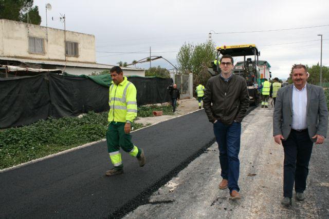 La Concejalía de Caminos pavimenta, con recursos propios, los caminos de COATO y Ezequiel, junto a la Ciudad Deportiva; y acomete numerosos trabajos de parcheo y acondicionamiento en otros