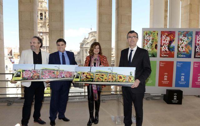 Los Muher traen la primavera a Murcia con una obra de arte urbano en movimiento que vestirá el Tranvía durante las fiestas