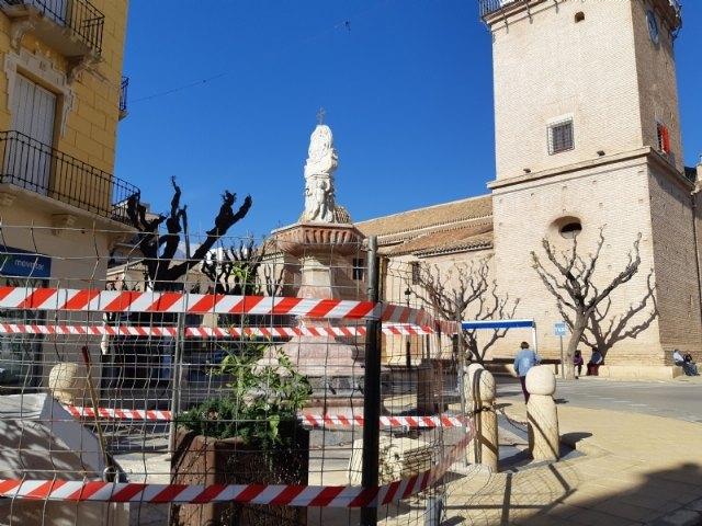 Se acometen obras de reparación en la emblemática Fuente de la Plaza