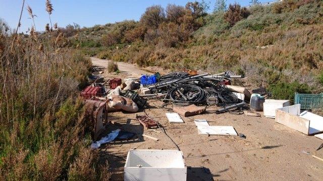 La asociación Meles y el Ayuntamiento de Alhama retiran 1.600 kg de residuos en los alrededores del río Guadalentín - 1, Foto 1