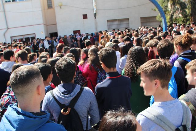 Amigos y familiares guardan un minuto de silencio por el fallecimiento de un joven de Alhama, Foto 1