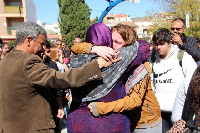 Amigos y familiares guardan un minuto de silencio por el fallecimiento de un joven de Alhama, Foto 2