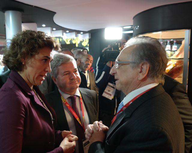 La ministra de Sanidad, Servicios Sociales e Igualdad conversa con el presidente de ELPOZO ALIMENTACIÓN, Foto 1