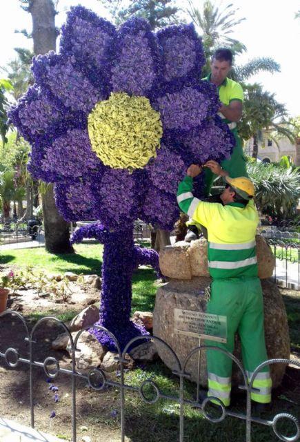 Una flor de tres metros de altura embellece la plaza de España con motivo de la Semana Santa - 1, Foto 1