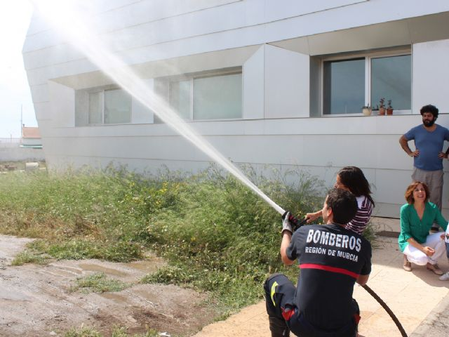 Los usuarios del Centro de Día para personas con discapacidad son evacuados en un simulacro de incendio - 1, Foto 1