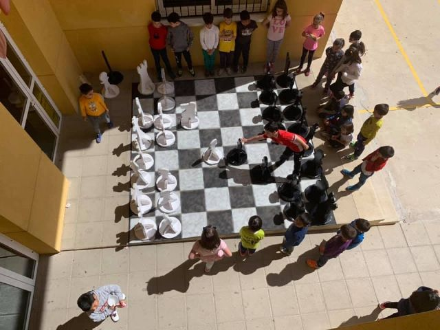 The students of the Santiago de Totana school make a giant chess with recycled material