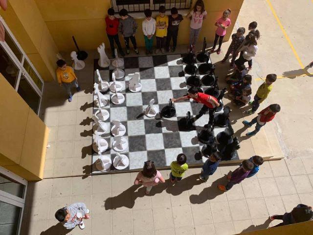 Los alumnos y alumnas del colegio Santiago de Totana fabrican un ajedrez gigante con material reciclado