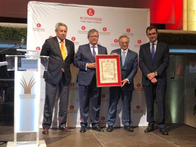 Tomás Fuertes recibe el nombramiento de Colegiado Honorífico de los economistas murcianos por su trayectoria que ha consolidado uno de los mayores grupos empresariales de España, Foto 1