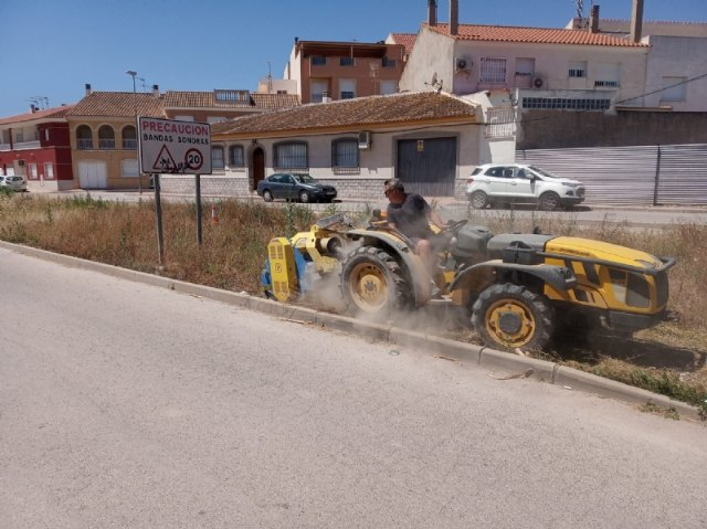 They carry out cleaning work on Carmen Conde street under the mayor's office in urban hygiene to remove dirt and insect pests