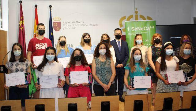Alumnos de centros educativos de Murcia, Lorca, Alcantarilla y Archena reciben los premios Lyceum por sus trabajos sobre mujeres científicas - 1, Foto 1