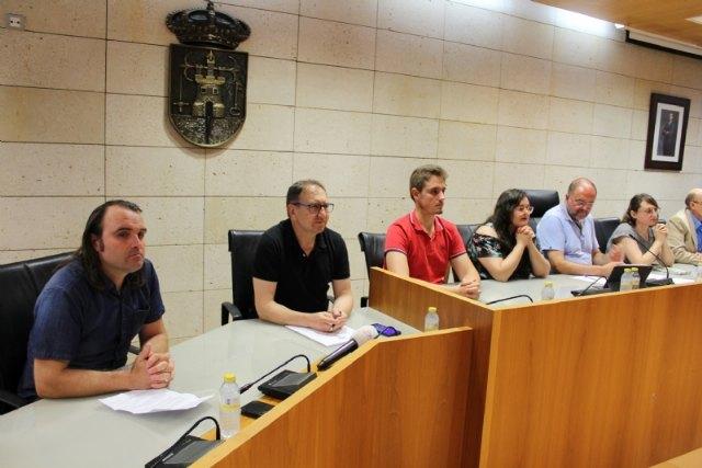 Se constituyen cinco grupos municipales y se da cuenta del nombramiento de los tenientes de alcaldes y de las delegaciones de atribuciones correspondientes a la Alcaldía