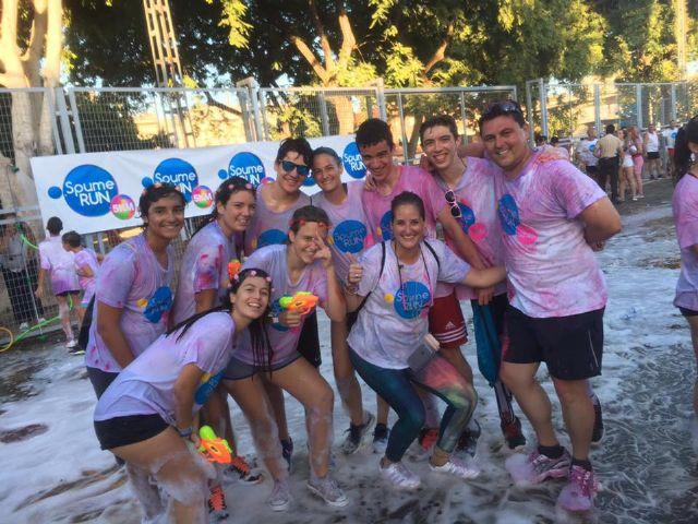 Un millar de personas participaron en la Spume Run, la primera carrera de espuma de colores de España, celebrado en Santiago de la Ribera - 1, Foto 1