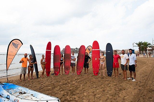 Una veintena de jóvenes se inicia en Mazarrón en la práctica de deportes náuticos gracias a la campaña 'Días azules', Foto 1