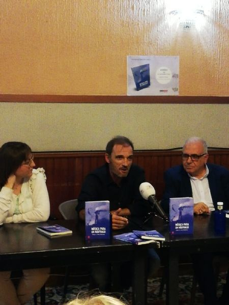 """The Councilor for Culture attends the presentation of the book """"Music for a castaway"""", by Pedro Antonio Cano, for the benefit of the Association D´Genes, Foto 4"""