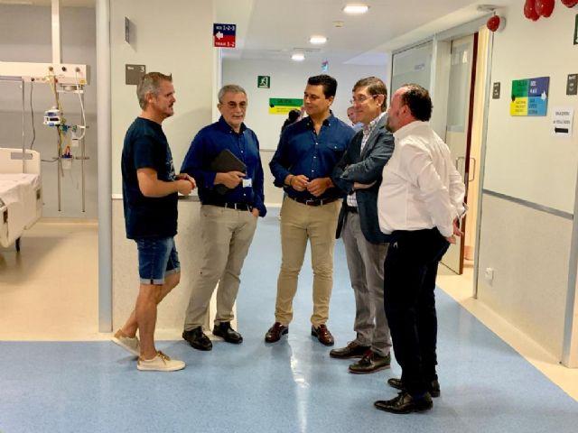 El alcalde de San Javier, José Miguel Luengo y el consejero de Salud, Manuel Villegas el hospital Los Arcos donde se ha interrumpido la cirugía programada - 1, Foto 1