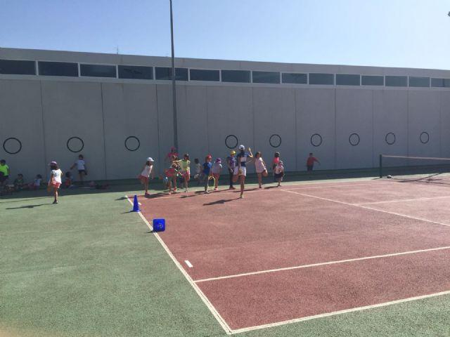 Más de una venintena de niños apostaron por el tenis durante el puente del Pilar con la escuela de tenis Kuore