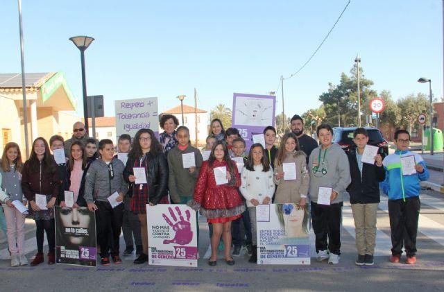 El Ayuntamiento pinta mensajes de repulsa contra la violencia de género en los accesos a los colegios públicos - 1, Foto 1