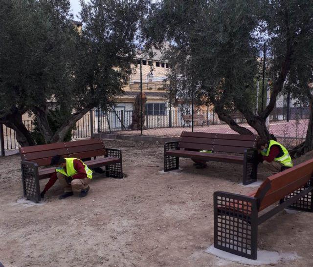Alumnado del Programa Mixto de Empleo y Formación JV San José 1 instala ocho bancos en la pedanía de La Ribera de Molina - 1, Foto 1
