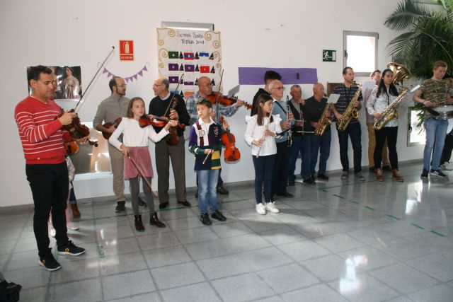 La Dolorosa Orchestra and La Veronica Band offer a concert to the users of the two Disability Day Centers of Totana on the occasion of Holy Week