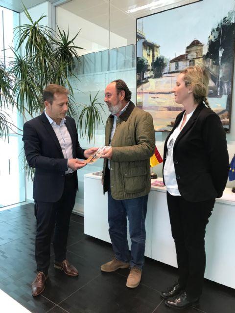 El alcalde recibe a Máximo Jumilla, y agradece la donación de su biblioteca particular - 2, Foto 2