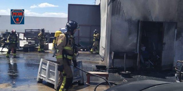 Incendio declarado en almacén de vehículos en Mazarrón, Foto 1