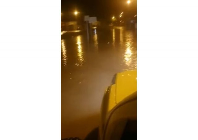[La tormenta nocturna ha provocado algunos incidentes que ha obligado a intervenir a efectivos de Policía Local y Protección Civil