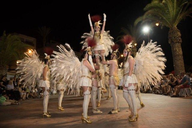 El Paseo Marítimo de Mazarrón se viste de carnaval ante la expectación de miles de personas, Foto 3