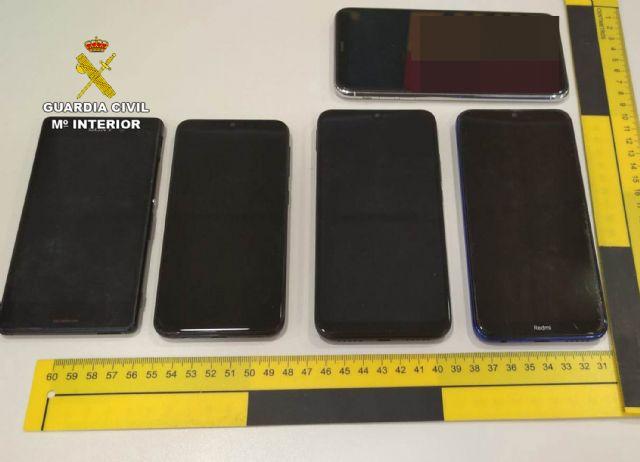 La Guardia Civil detiene a cinco jóvenes por la sustracción de siete teléfonos móviles - 1, Foto 1