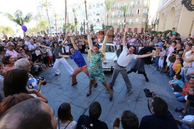 Espectáculo:  Typical. Teatro de calle. Dirección Antón Valén - 2, Foto 2