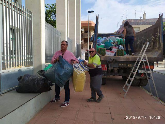 El alcalde de Pliego, Antonio Huescar entrega en San Javier las donaciones recogidas en su municipio para los afectados por las inundaciones - 1, Foto 1