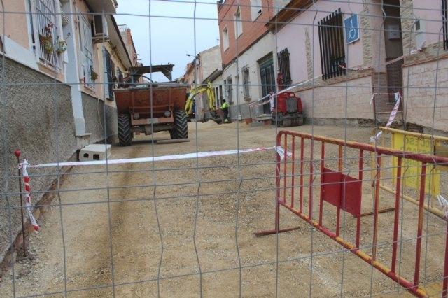 [Entran en su última fase las obras de renovación de servicios y adoquinado mediante plataforma única en la calle Romualdo López Cánovas